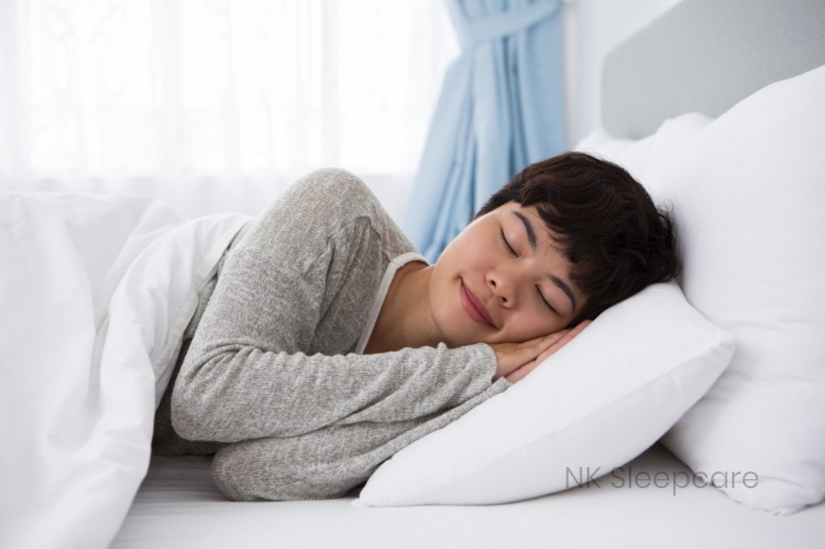 ผู้หญิงนอนหลับบนเตียงนอน