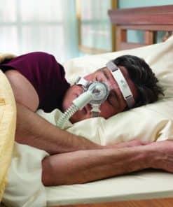 ผู้ชายใส่หน้ากาก TrueBlue นอนบนเตียง