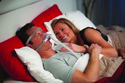 ผู้ชายใส่ Pico Nasal Mask กับภรรยา